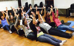 Persone che giocano insieme durante una sessione di laughter yoga