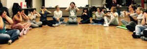 Gruppo di persone che praticano lo yoga della risata