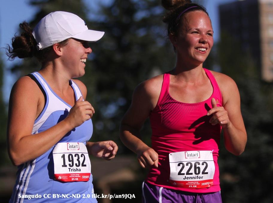 Due ragazze che corrono e lo fanno sorridendo